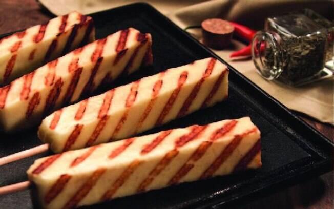 Queijo de coalho quebra a mesmice de espetos de carne e combina com arroz e salada
