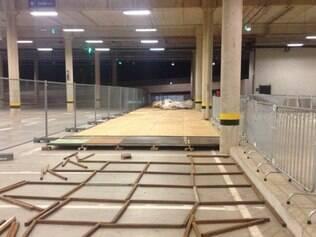 Estrutura móvel já está sendo montada no estacionamento do estádio