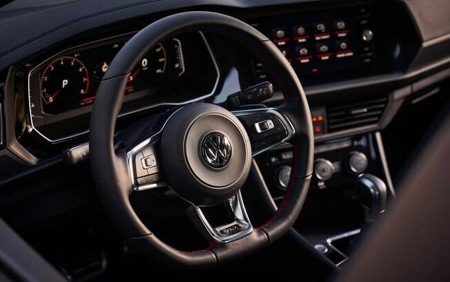 VW Jetta GLI vem com o mesmo volante multifuncional de três raios do Golf GTI e multimídia com tela de 8 polegadas