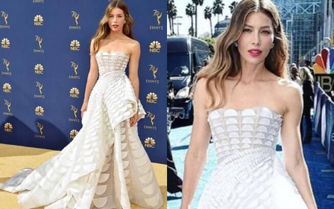 Looks das famosas: Jessica Biel apostou em um vestido branco com diversos detalhes e combinou com um batom forte