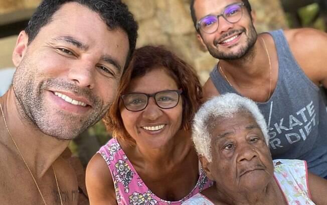 Rodrigo Sant'Anna faz sucesso nas redes sociais ao lado da avó