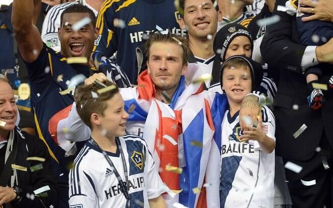 Ao lado dos filhos, David Beckham comemora a  conquista do título da MLS pelo Los Angeles  Galaxy