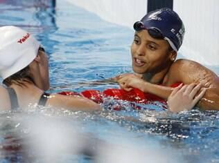 A brasileira Etiene Medeiros parabeniza a chinesa Fu Yuanhui, medalha de ouro