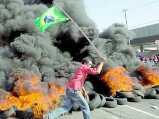 Revolta, Em frente ao estádio Arena Corinthians, militantes sem-teto colocaram fogo em pneus e fizeram barricadas