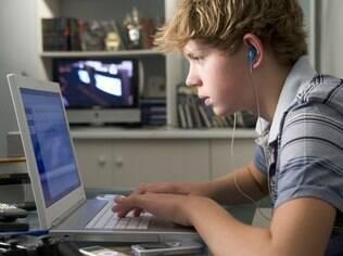 Mais da metade dos entrevistados afirma que os pais sabem apenas uma parte das atividades que eles realizam online
