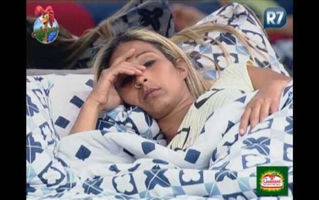 Valesca parece pensativa na cama