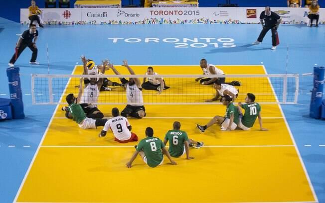 Seleção brasileira de vôlei sentado durante vitória sobre o México no Parapan de Toronto