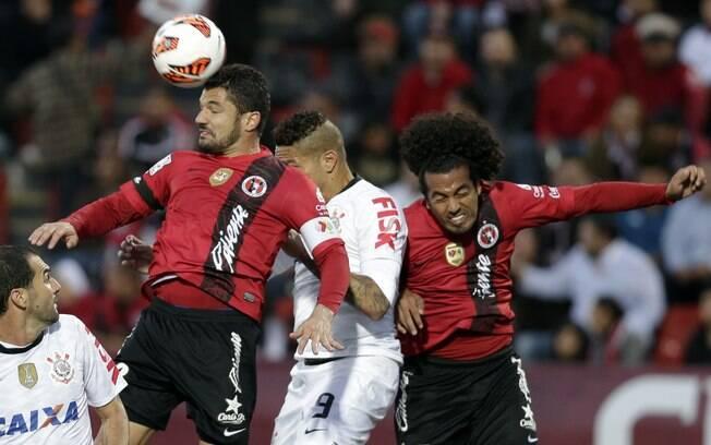 Javier Gandolfi, à esquerda, disputa bola pelo alto com Guerrero e Joshua Abrego