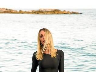 A top transex, Carol Marra, lançou coleção de moda praia em parceria com a Biquini Brasil