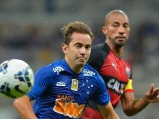 Éverton Ribeiro fez o terceiro gol da Raposa no confronto