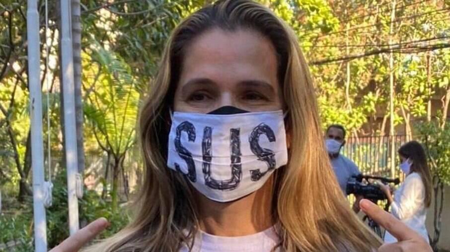 Ingrid Guimarães é vacinada contra Covid-19