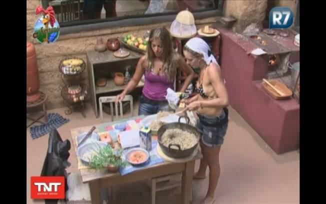 Anna e Raquel transferem com cuidado o doce da panela para a travessa