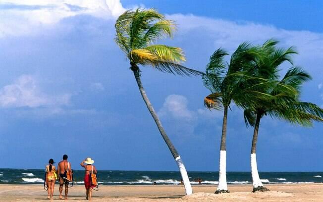 Família passeia pela praia do Pesqueiro, na Ilha do Marajó