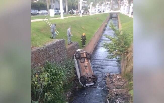 Motorista é resgatado após cair com carro em córrego de Americana