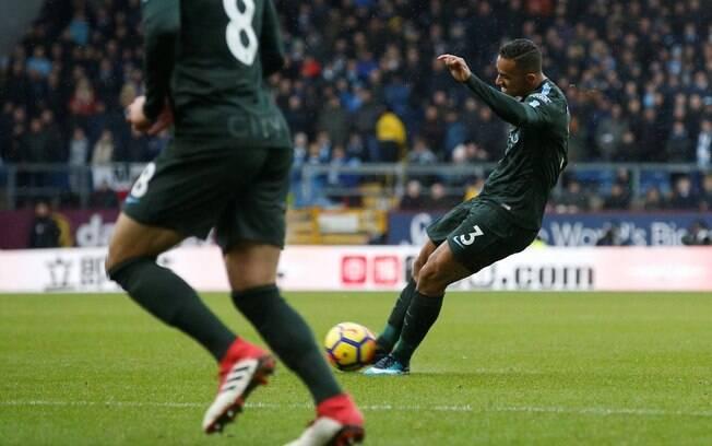 Danilo ajeita o corpo para dar lindo chute e marcar pelo City