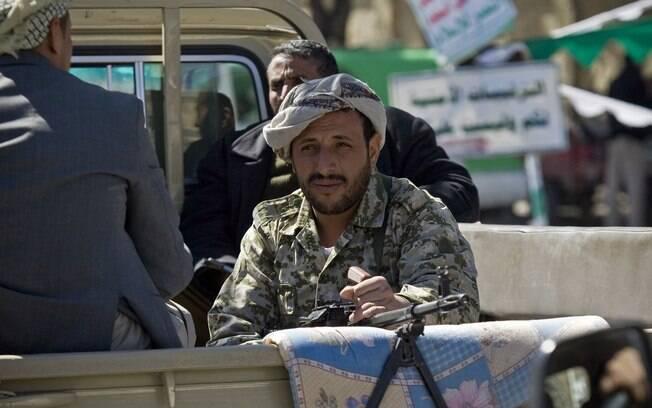 Rebeldes xiitas andam em caminhonete para patrulhar rua em Sanaa, Iêmen (3/01)