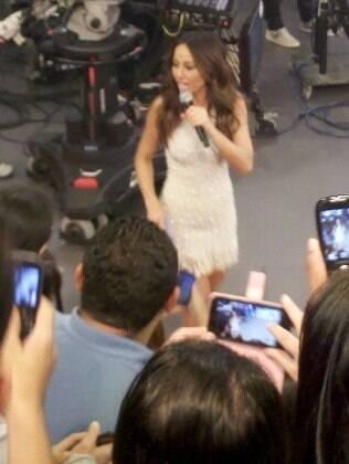 Sabrina Sato é fotografada pela plateia