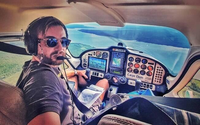Max Fercondini pilotando avião
