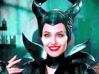 """Angelina Jolie sorri com os números de """"Malévola"""", prestes a arrecadar US$ 500 milhões nas bilheterias mundiais."""