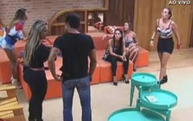 Confusão: Manoella e Ísis entram na briga de Karine e Angelis