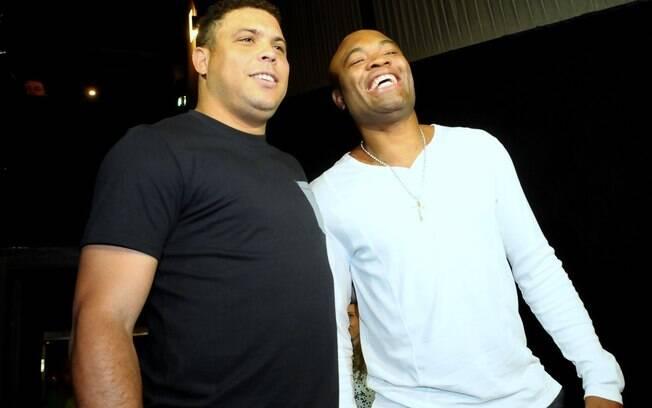 Ao lado de Anderson Silva, Ronaldo acompanha  a exibição do documentário de sua despedida na  seleção