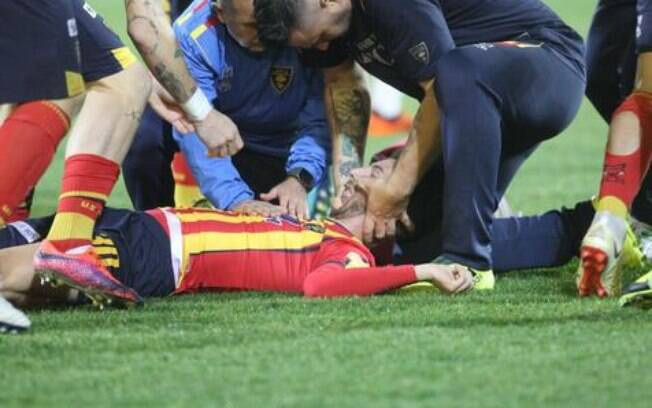 Manuel Scavone, jogador do Lecce da Série B ficou desacordado após pancada na cabeça