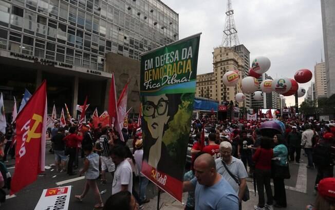A Frente Brasil Popular realizaa ato em defesa da Democracia, da Petrobras e contra o ajuste fiscal na Avenida Paulista, em SP. Foto: Leonardo Benassatto/Futura Press - 3.10.15