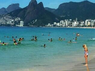 Calor e mar caribenho lotam praias
