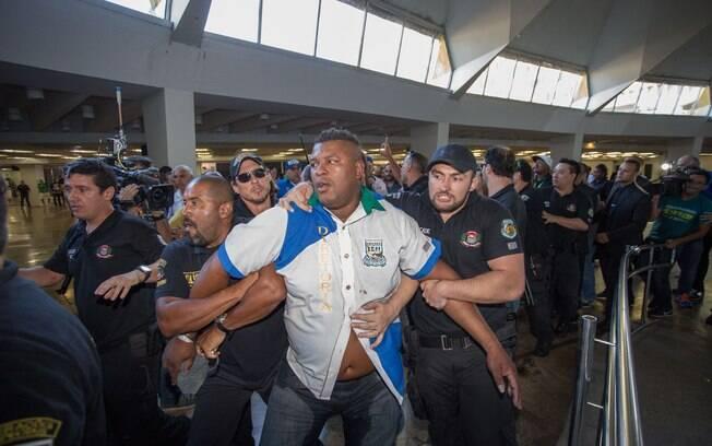 Integrante da Vila Maria é imobilizado pela polícia