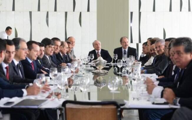 Líderes da base aliada durante café da manhã com o vice-presidente Michel Temer e o ministro Aloizio Mercadant (16.03.15)