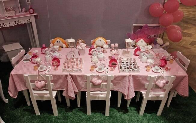 Mesa posta para a festa com tema chá de bonecas. Idealização do conceito é da empresa Chá das Cinco