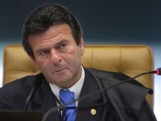 Ministro Luiz Fux criticou a falta de posicionamento do Legislativo em relação à cassação dos condenados