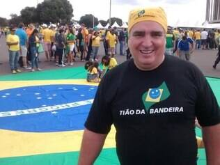 Tião confeccionou a bandeira de 8 m x 11 m para que torcedores brasileiros deixem suas assinaturas