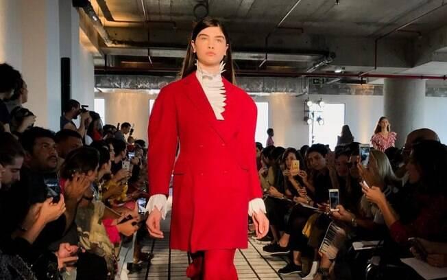 Nova coleção do estilista brasileiro Reinaldo Lourenço sendo apresentada em desfile na 45ª edição da SPFW