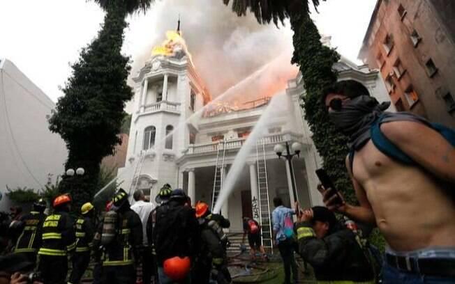 Grupo radical de manifestantes ateou fogo na sede da Universidade de Pedro Valdivia.