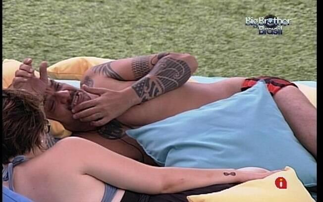 João e Mayara descansam no futon após almoço