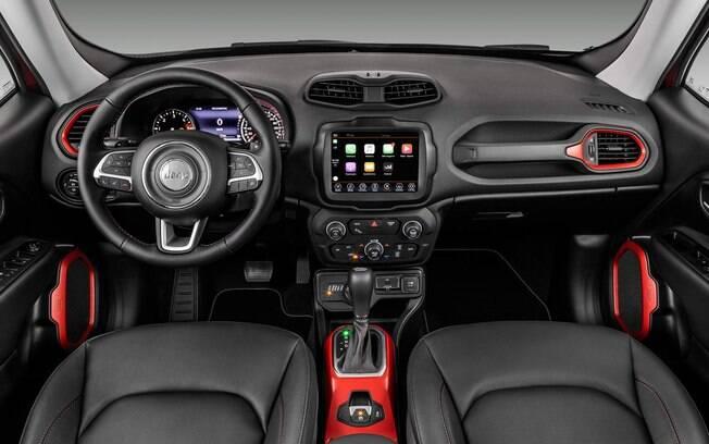 Jeep Renegade Traihawk tem detalhes pintados de vermelho no interior e sistema de som Beats, de alta-fidelidade