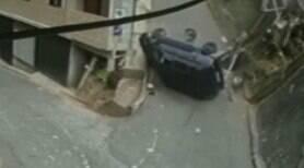 Carro despenca e capota em morro no Rio de Janeiro