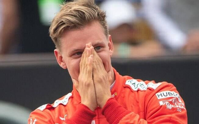 Mick Schumacher ficou emocionado ao pilotar a Ferrari do 7º título do seu pai na Fórmula 1