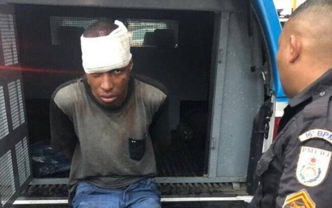 Policiais levaram homem preso após ele tentar fugir nadando em valão na Avenida Brasil