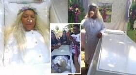 Mulher aluga caixão e ensaia próprio funeral