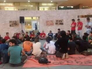 Estudantes ocuparam o prédio na noite desta sexta-feira