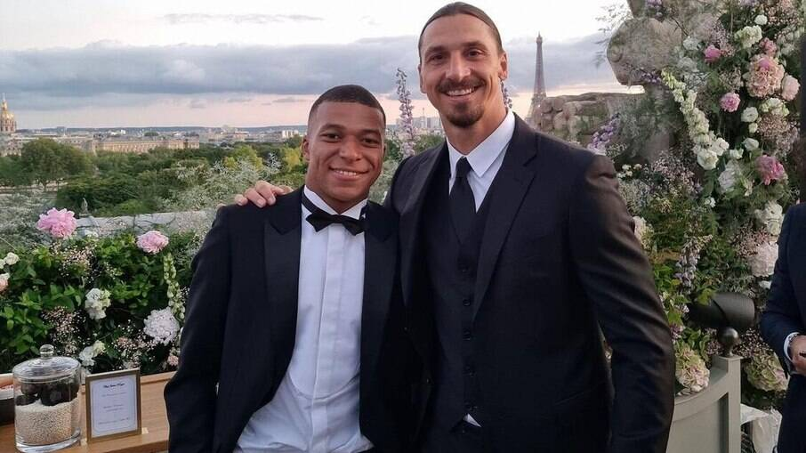 Ibrahimovic posa ao lado de Mbappé