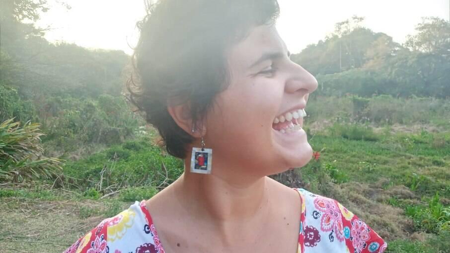 Dani Caitano, é professora não binária e enfrentou atitudes lesbofóbicas no ambiente escolar, como críticas a sua aparência e manter o relacionamento em segredo; o que a motiva é o trabalho com as crianças