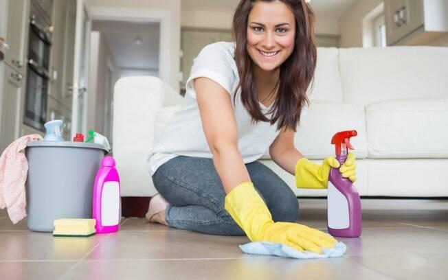 O chão de uma casa é um dos lugares com maior concentração de microorganismos, muitos deles são trazidos da rua com nossos sapatos.