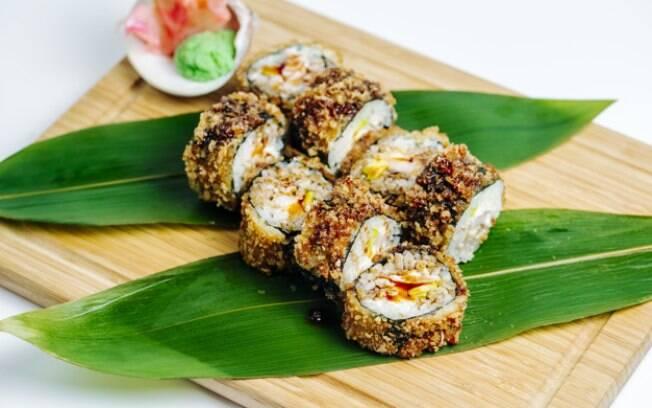O hot roll pode ser frito tanto na farinha panko quanto em uma farinha para tempurá