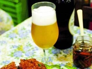 Leitão à pururuca acompanhado de uma cerveja