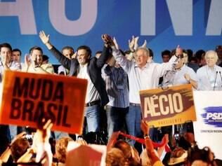 O senador mineiro foi oficializado como candidato do PSDB à presidência neste sábado (14)