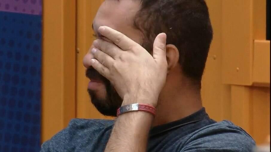 Gilberto chora sozinho