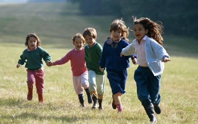 Correr é uma das atividades preferidas das crianças. Para que gastem bastante energia, devem correr em espaços amplos, como parques e áreas de lazer dos prédios